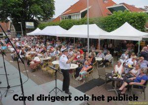 Carel dirigeert ook het publiek